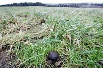 Meteorit spadlý na zem.