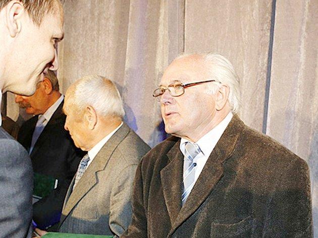 Václav Zezulka ze Sokola Lovčice přebírající Cenu Dr. Václava Jíry z rukou generálního sekretáře FAČR Rudolfa Řepky.