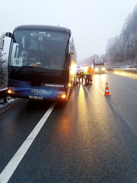 Autobus hradeckých fotbalistů krátce po nehodě.