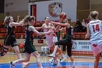 Byl to vyrovnaný duel. Prosincové utkání Hradce (v bílém) s Žabinami nabídlo parádní basketbal a výhru Lvic 78:71.