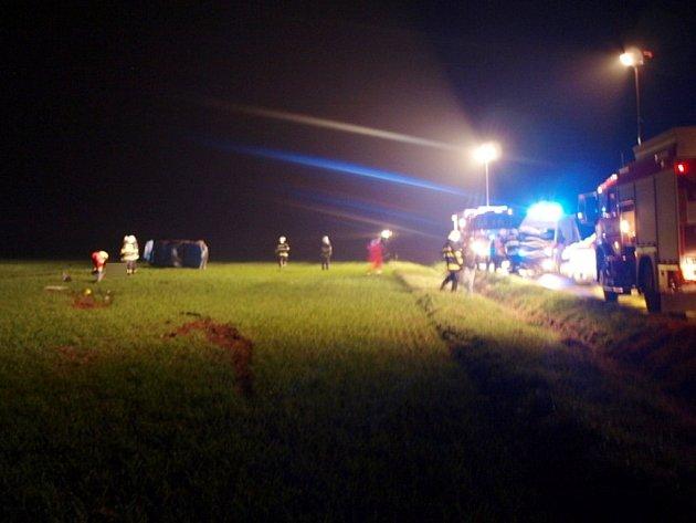 Osudná havárie osobního automobilu mezi obcemi Bydžovská Lhotka a Kosičky.