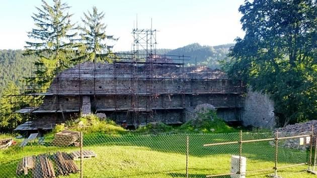 Oprava zdiva hradu Litice.