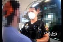 Opilý muž v Hradci napadl strážníka