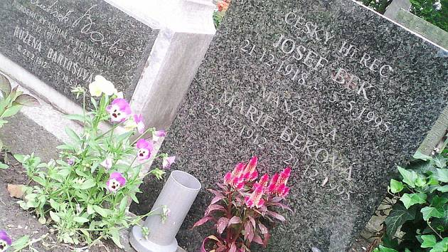 Hrob Josefa Beka na pouchovském hřbitově v Hradci Králové.