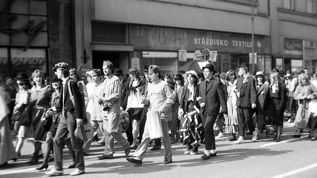 V dalším vydání zavzpomínáme v rámci speciálního seriálu Jak jsme žili v Československu na historii oslav Majálesu v hradeckých ulicích.
