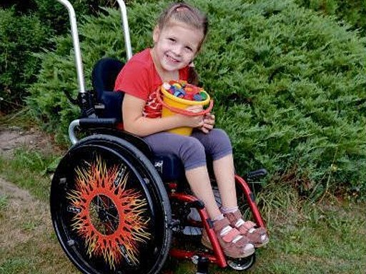 Michalka jde už do školy, ale chybí jí peníze na speciální židli.
