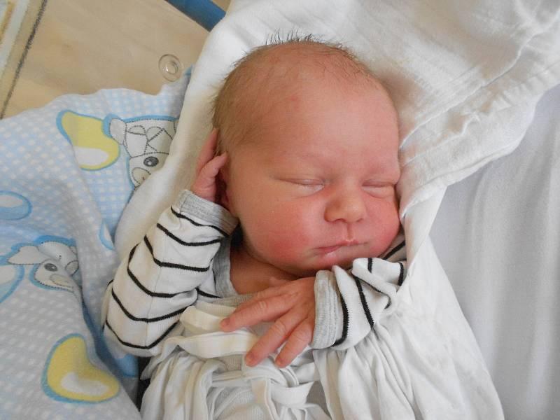 FILIP SEVERA poprvé vykoukl na svět 10. září v 19.38 hodin. Měřil 49 cm a vážil 3410 g. Velkou radost udělal svým rodičům Evě a Miloši Severovým ze Žamberka. Tatínek byl u porodu velkou oporou.
