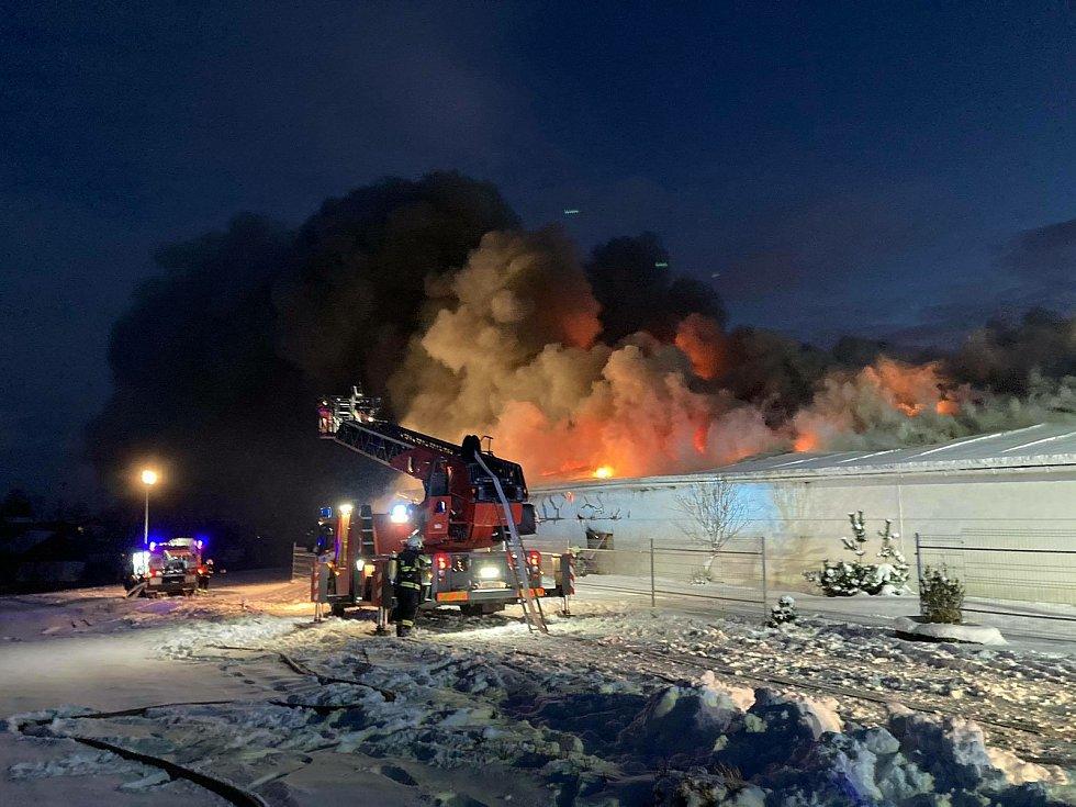 Požár skladovací haly v Sendražicích.