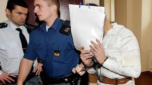Soud s Jiřím Homolou za pohlavní zneužívání, soulož mezi příbuznými, ohrožování mravní výchovy mládeže a vydírání.