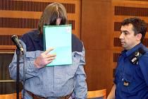 Josef Hladík, jenž málem ubil důchodce bouracím kladivem, u Krajského soudu v Hradci Králové.