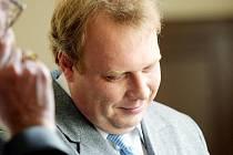 Zlomený hlas a slzy v očích měl včera před hradeckým krajskýmsoudem čtyřicetiletý Miroslav K., který se zde znovu zpovídal z deset let starého případu, kdy měl podle spisu sexuálně zneužít svého tehdy devítiletého syna
