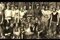 Děvčata na chmelové brigádě vPnětlukách. Archivní fotografie pochází z roku 1963.