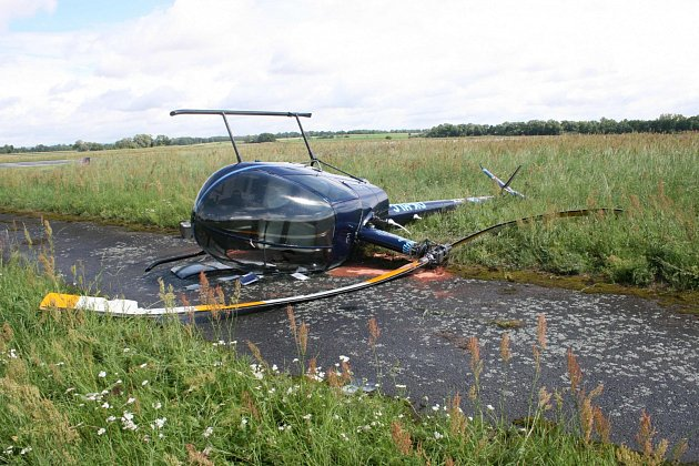 Na hradeckém letišti havaroval vrtulník, dva lidi se lehce zranili