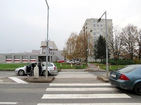 Střet cyklistky sosobním vozidlem na přechodu poblíž hradecké fakultní nemocnice.