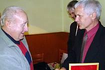 Nestárnoucí bývalý fotbalový trenér Zdeněk Krejčí, alias ,,Bochník`` (vlevo), právě přebírá ocenění OFS Hraqdec Králové z rukou Vladimíra Blažeje, člena výkonného výboru ČMFS Praha.
