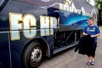 Nový vzhled autobusu fotbalistů FC Hradec Králové.