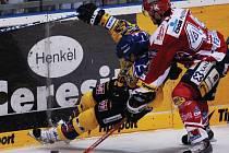 TVRDÁ HRA v podání pardubického Tomáše Linharta platila na Jana Heřmana z Ústí nad Labem. Podobný způsob hokeje by měl mít účinnost také proti Českým Budějovicím.