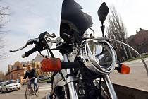 Náraz do zábradlí motorku značně poničil.