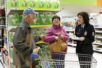 Policejní mluvčí Lenka Burýšková při preventivní akci v hypermarketu Albert v Hradci Králové.