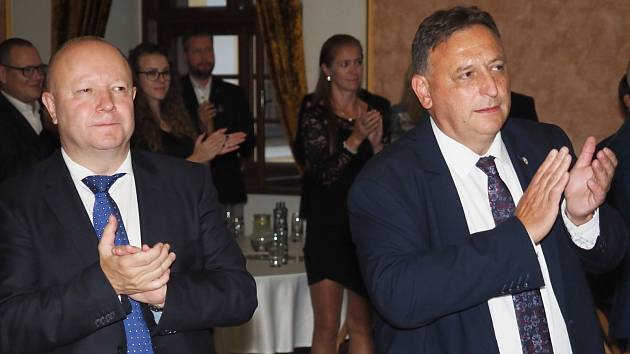 PŘEDSEDOVÉ. Šéf FAČR Petr Fousek (vlevo) a Královéhradeckého KFS Václav Andrejs.
