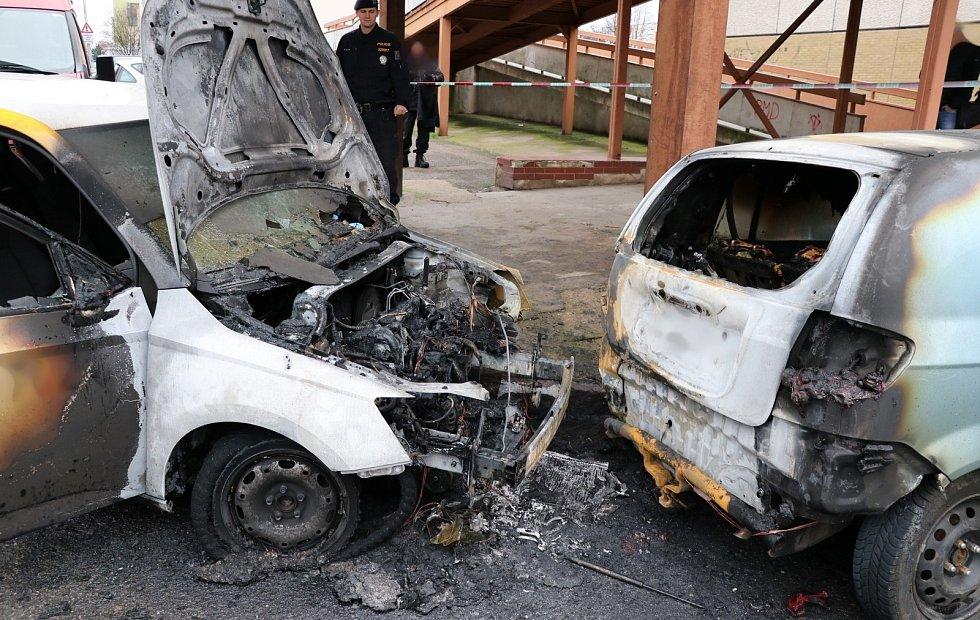 V centru Hradce hořela dvě auta