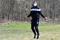 Radim Ottmar s rouškou při individuálním tréninku v přírodě.