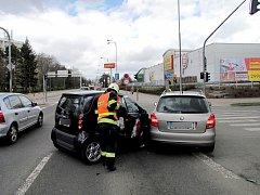 Dopravní nehoda dvou osobních automobilů v královéhradecké ulici Víta Nejedlého.