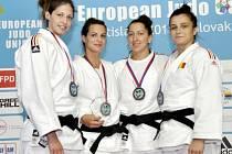 Nejlepší závodnice v kategorii do sedmdesáti kilogramů. Královéhradecká Eva Koubková (druhá zleva) dokázala triumfovat v turnaji Evropského poháru, který se konal v Bratislavě.