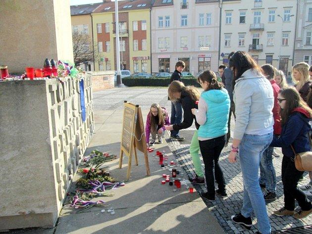 Vzpomínkový happening 3792 svíček v podání studentů Střední školy Sion High School.