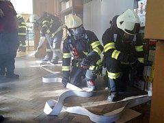 Prověřovací cvičení hradeckých profesionálních hasičských jednotek ve vazební věznici.
