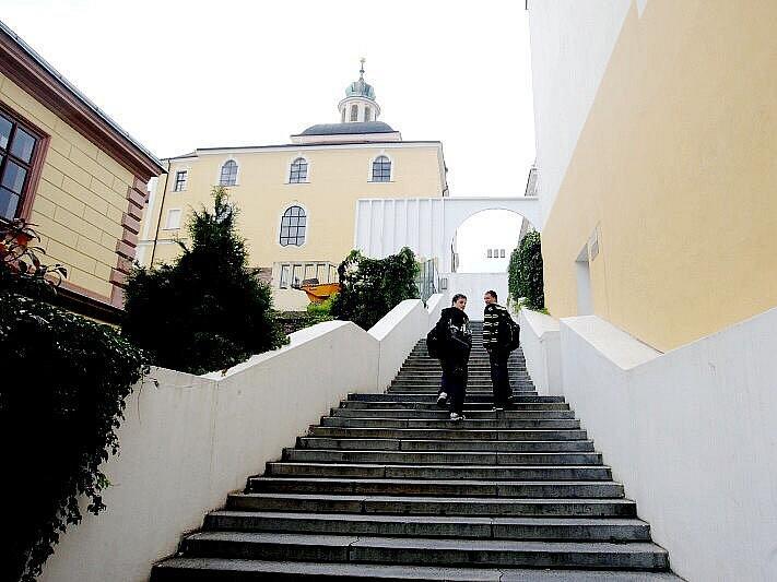 Schodiště u kostela Nanebevzetí Panny Marie v Hradci Králové.