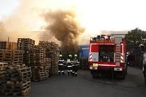V Plačicích hořela dílna plná dřevěných palet.