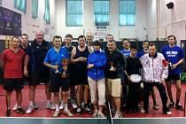 Vítěz 11. ročníku turnaje neregistrovaných stolních tenistů Jiří Kyksa (čtvrtý zleva).