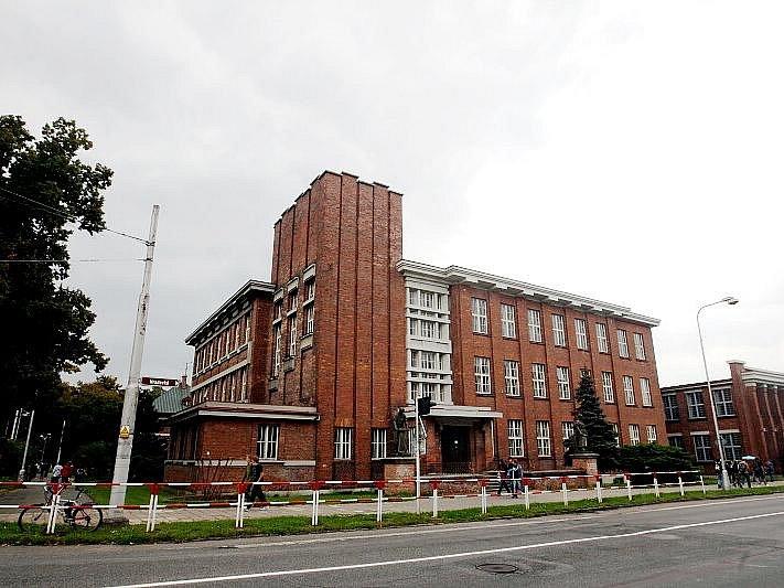 Střední průmyslová škola strojnická, dříve koželužská škola.