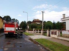 Pád drátů elektrického vedení mezi domy v ulici K. V. Raise v Novém Bydžově.