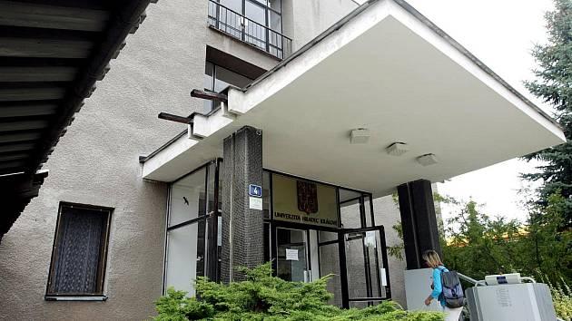 Dvě budovy hradecké univerzity čeká nákladná rekonstrukce: katedru matematiky v ulici Jana Koziny a objekt pedagogické fakulty v ulici Víta Nejedlého.