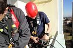 Pro zraněnou ženu se hradečtí hasiči spustili ze třiceti metrů