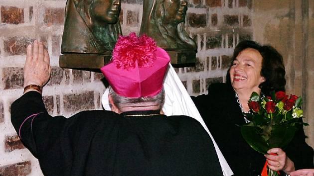 """Livia Klausová odhaluje busty """"hradeckých Elišek"""" v chrámu svatého Ducha"""