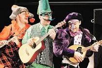 Nová inscenace na repertoáru Divadla Drak nejspíš osloví starší děti a dospělé. Její forma se obrací do šestnáctého století, kdy commedia dell'arte slavila úspěchy zejména v Itálii.