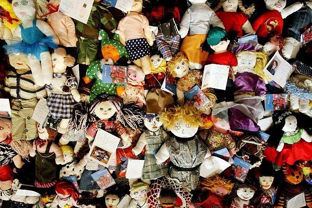 Pátý ročník soutěže Miss panenka, kterou pořádá Český rozhlas Hradec Králové na podporu projektu UNICEF s názvem Adoptuj panenku a zachráníš život dítěti, 1. června 2010.