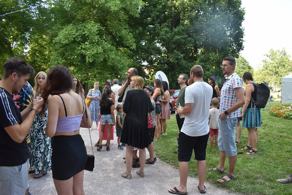 První večerní festival jídla vHradci přilákal davy lidí