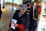 Muž je podezřelý z krádeže peněz. Poznáte ho?