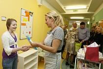 Vendula Svobodová a její nadace Kapka naděje mezi pacienty na dětské onkologii ve Fakultní nemocnici Hradec Králové.