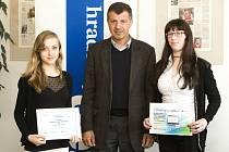 Finalisté literární soutěže Naše Evropa dostali dárky od Deníku a od místopředsedy evropského parlamentu Oldřicha Vlasáka, který byl čelnem poroty.