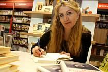 Martina Formanová při autogramiádě své knihy nesoucí název Snědla dětem sladkosti.