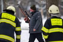 V Hradci Králové v části Malšovice hasiči s policií a veterinární správou pomáhali 10. února 2021 s odchytem volně se pohybujícího skotu.