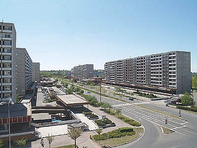 To je dnešní Benešova třída - prostředí blíže letištní runwayi než městské ulici.