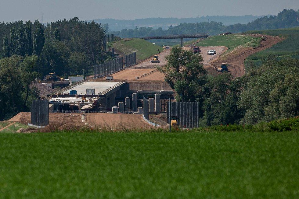 Stavba dálnice D11 v úseku od Hradce Králové do Hořenic u Jaroměře v plném proudu.