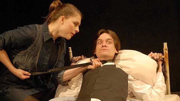 Dobře placená procházka bude poslední premiérou roku v Klicperově divadle.