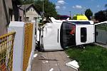 Auto skončilo po nehodě na boku. Řidička se zranila.